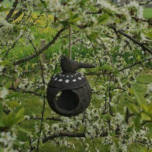 mangeoire en grès noir décorée d'émail blanc